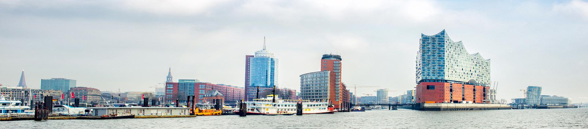Hamburger Hafen. Dieser verbindet die Steuerberatung und Kanzlei samt Steuerberater mit Hamburg und Ahrensburg