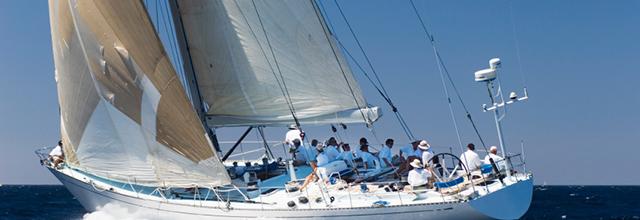 Ein Boot auf hoher See. Team von Seglern.